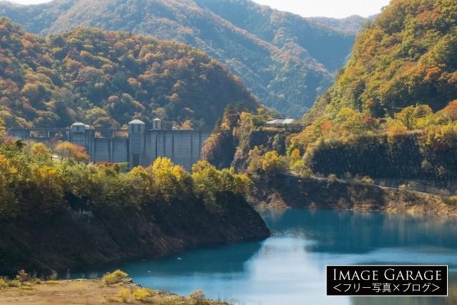 コバルトブルーの奥四万湖と四万ダムのフリー写真素材(無料)