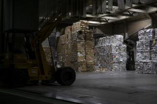 古紙のリサイクル工場でプレスされた紙