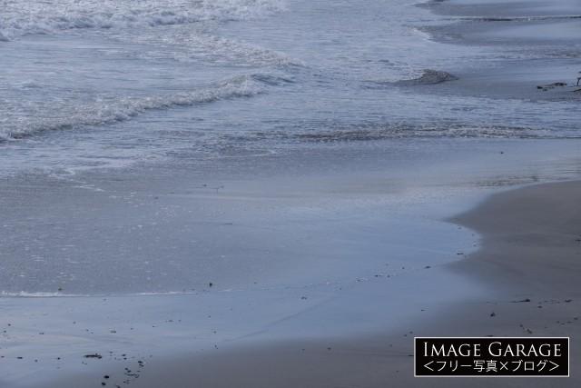 倉の海岸の波打ち際のフリー素材写真(無料)