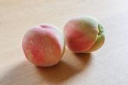 まだ小さな初もの桃