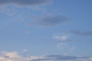 グレーの雲がかかった明暗差の少ない青空