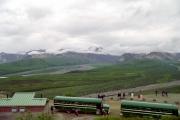 アラスカ州デナリ国立公園の風景とボンネットバス