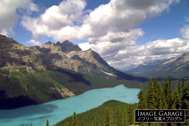 ボウ峠から見たターコイズブルーのペイトレイクのフリー素材写真(無料)