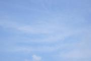 うっすら雲の柔らかい青空
