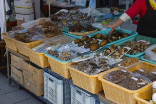 輪島の朝市の露店で売られる海の幸