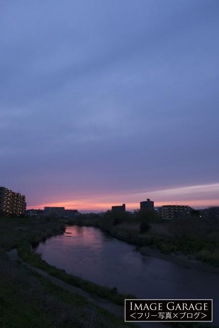 鶴見川とピンク色の妖艶な夕焼のフリー素材写真(無料)