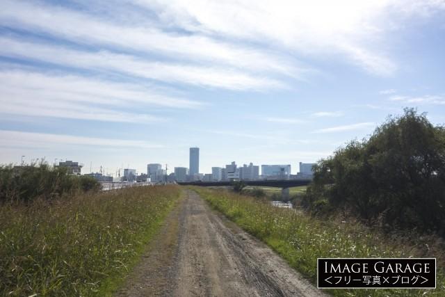 鶴見川サイクリングコース・新横浜・小机付近の砂利道のフリー素材写真(無料)