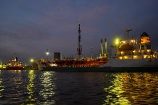 川崎工場夜景・製油所に接岸するガスタンカー