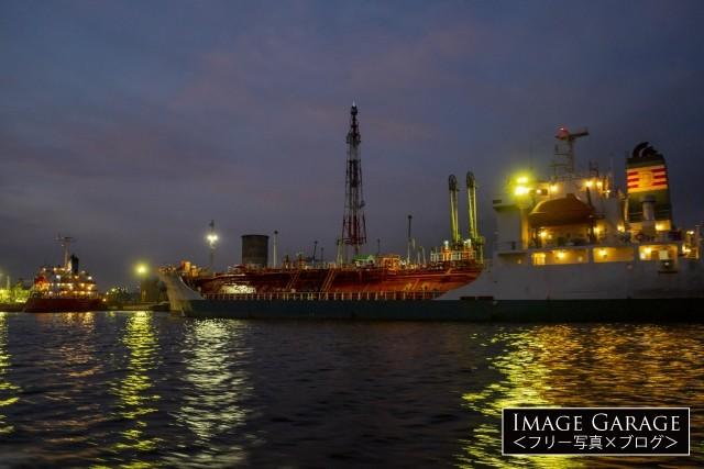 川崎工場夜景・製油所に接岸するガスタンカーのフリー素材写真(無料)