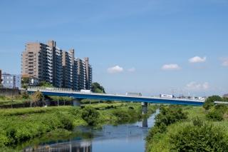 斜めに架かる鶴見川の橋新川向橋