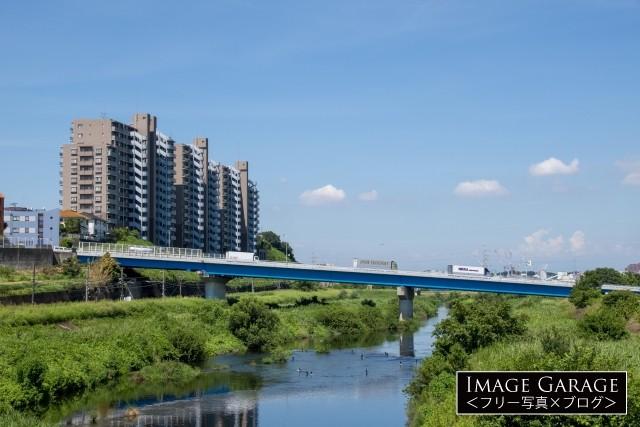 斜めに架かる鶴見川の橋新川向橋のフリー素材写真(無料)