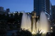 山下公園のライトアップされた水の守護神像