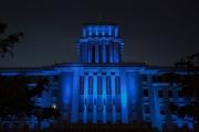 ブルーライトアップされた神奈川県庁本庁舎(キング)