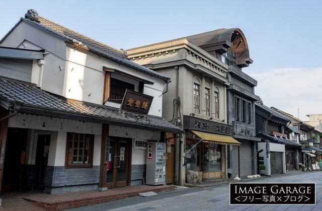 レトロな店舗が建ち並ぶ川越の大正浪漫夢通りのフリー素材写真(無料)