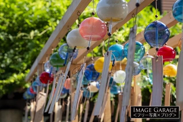川越の蔵造りの町並みに設置されていた風鈴のフリー素材写真(無料)