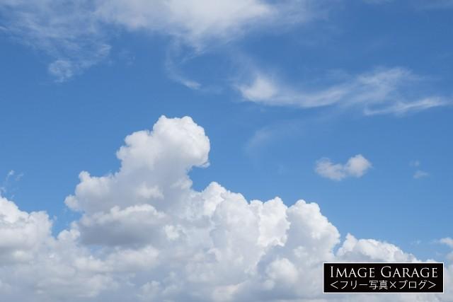 夏らしいもモクモクした雲のフリー素材写真(無料)