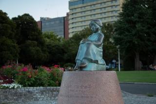 横浜山下公園の赤い靴はいてた女の子の像