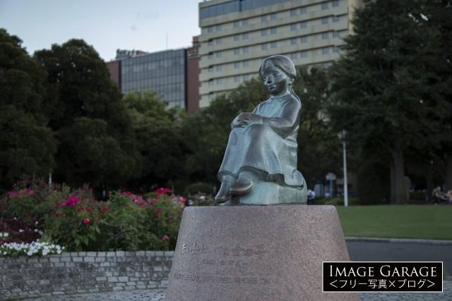 横浜山下公園の赤い靴はいてた女の子の像のフリー素材写真(無料)