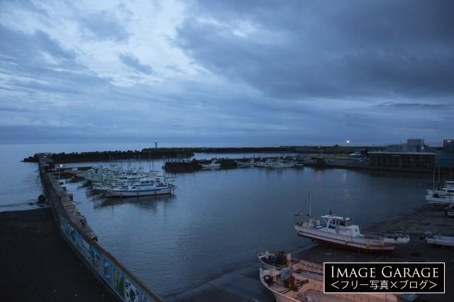 大磯港と漁船のフリー素材写真(無料)
