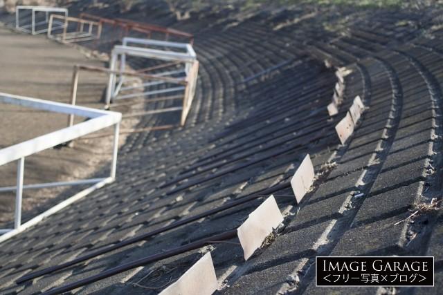 サッカーグラウンドを整備するトンボのフリー写真素材(無料)