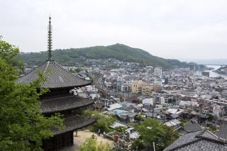 丁寧寺の三重塔と尾道の町