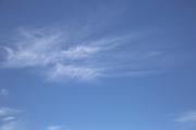 春や秋によく見るスジ状の雲・巻雲
