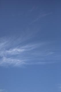 巻雲がある秋の青空(縦位置)
