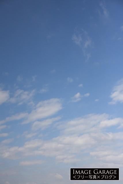 曇る前に見えた青空(縦位置)のフリー写真素材(無料)