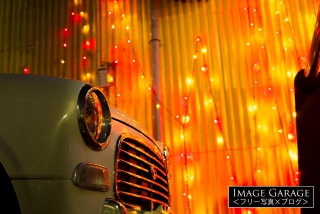 クリスマスイルミに照らされたダイハツミラジーノのフリー写真素材(無料)
