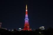 茜色にライトアップされた10月の東京タワー
