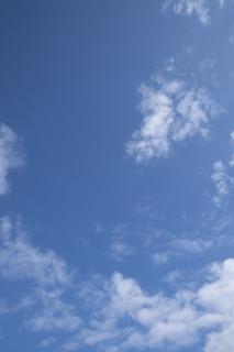 程よく雲がある青空(縦位置)
