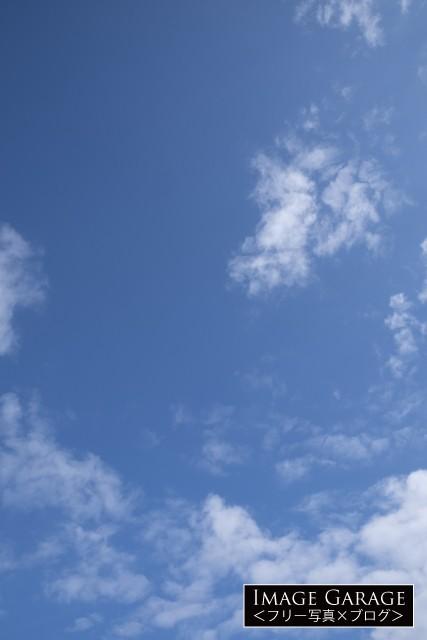 程よく雲がある青空(縦位置)のフリー写真素材(無料)