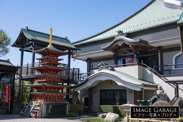 綱島・久光院の境内の三重塔のフリー写真素材