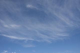 8月のうっすらスジ状の雲がある青空