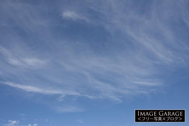 8月のうっすらスジ状の雲がある青空のフリー写真素材(無料)