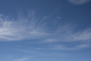 うっすらと雲がある青空