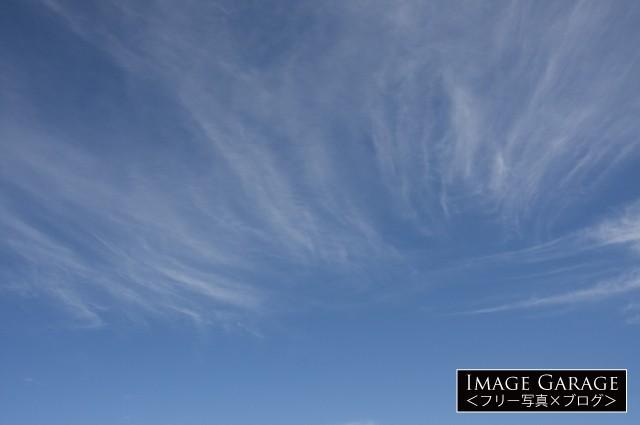 スジのような雲のある爽やかな青空のフリー写真素材