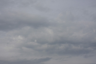 薄暗い曇り空