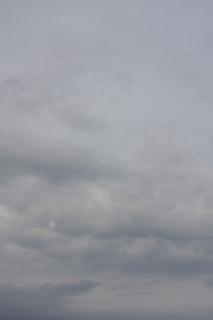 薄暗い曇り空(縦位置)