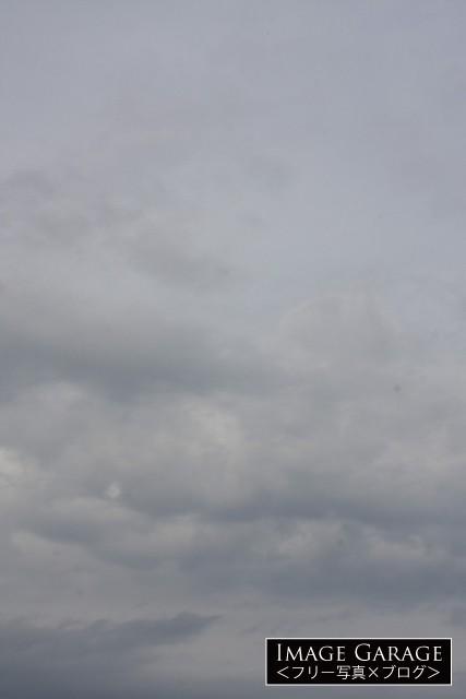 薄暗い曇り空(縦位置)のフリー写真素材(無料)