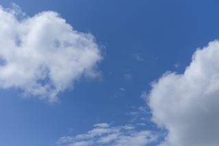綿のような雲がある青空