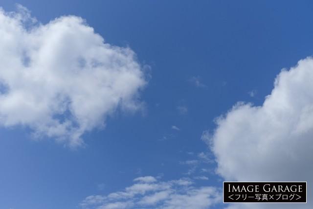 綿のような雲がある青空のフリー写真素材(無料)