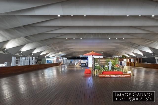 大桟橋の入出国ロビー・柱のない大空間のフリー写真素材(無料)