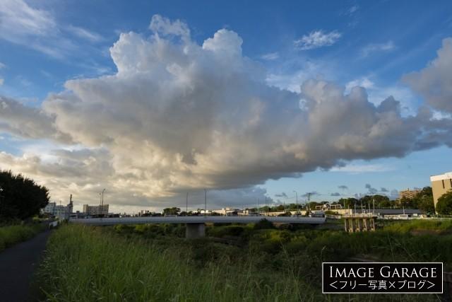 鶴見川の落合橋と印象的な雲のフリー写真素材(無料)