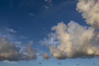 低い雲の向こうに広がる青空