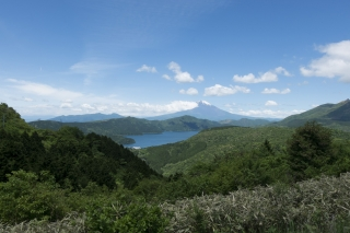 箱根・大観山展望台から眺める富士山と芦ノ湖