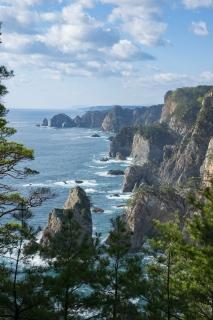 荒々しい岩が続く北山崎の断崖絶壁