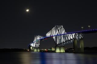 夜の海に浮かぶ東京ゲートブリッジ