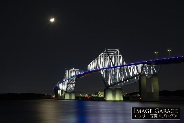 夜の海に浮かぶ東京ゲートブリッジのフリー写真素材(無料)