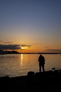 三崎・花暮岸壁の釣り人と夕焼